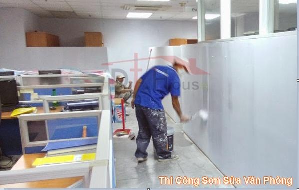 thợ thi công sơn lại văn phòng làm việc