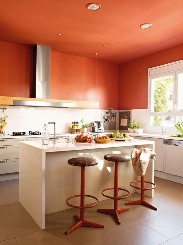 Trần nhà bếp màu cam đất táo bạo.