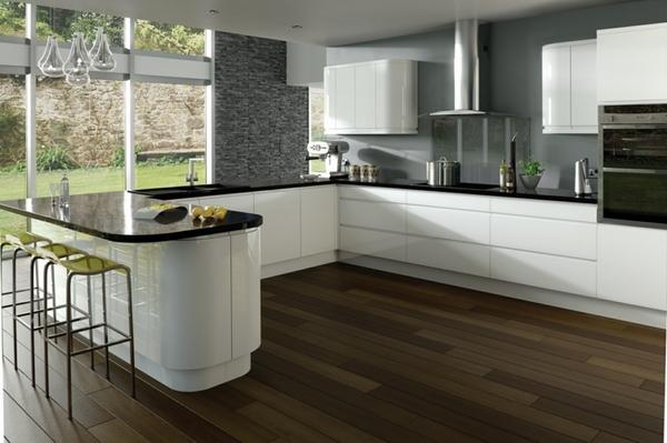 Bếp màu đen và trắng được bổ sung hoàn hảo bởi bức tường màu xám.