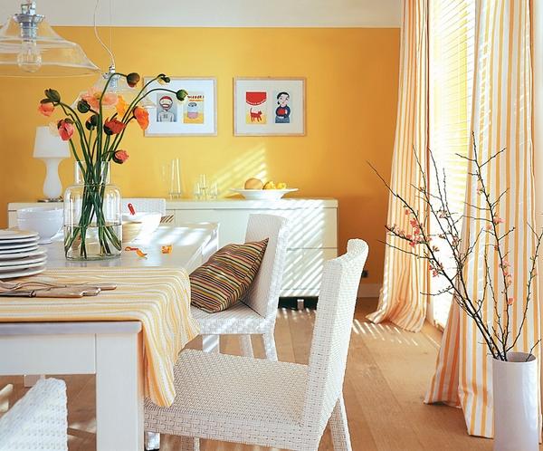 Bức tường màu cam sữa có tác dụng thêm sự ấm áp cho căn phòng.