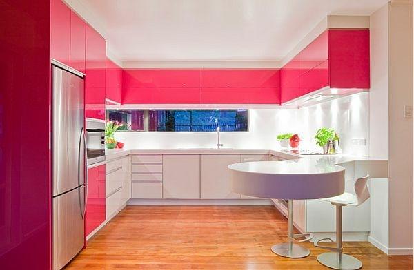 Bếp màu trắng hồng hiện đại và thời trang phù hợp với niềm yêu thích màu sắc của gia chủ.