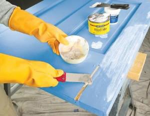 Xử lý vết nứt với keo trước khi sơn (ảnh minh họa)