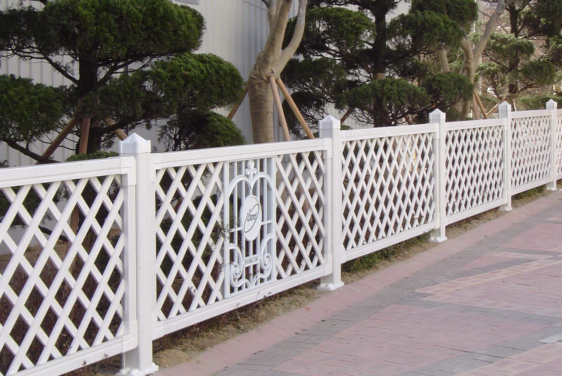 Hàng rào sắt sơn màu trắng đẹp
